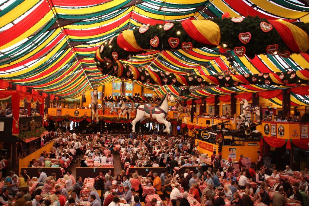 Sous les tentes de l'oktoberfest - Fête de la bière