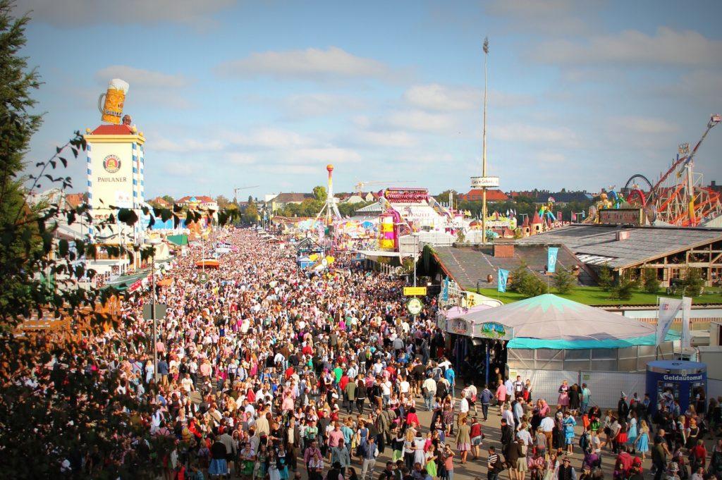 Les milliers de visiteurs de l'oktoberfest - fête de la bière
